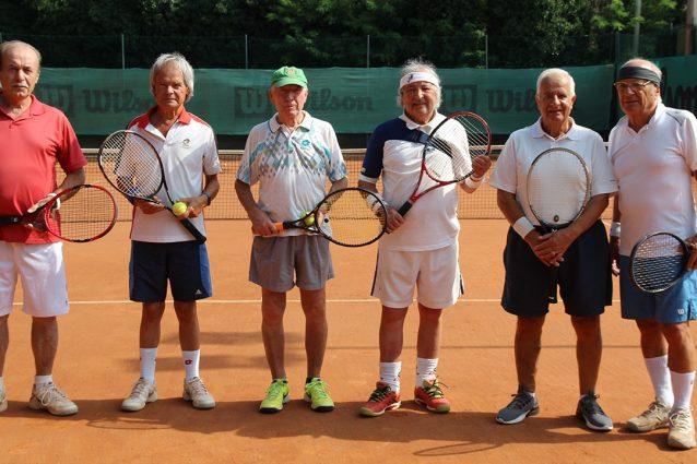 """A 90 anni sul campo da tennis: """"Non siamo eroi, siamo santi"""". La storia di un gruppo di amici veneti"""