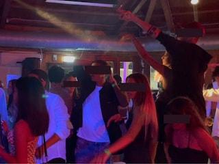 Notte brava in riviera romagnola: centinaia di giovanissimi ballano al chiuso senza mascherina