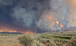 """Caldo record in Usa, pompieri impotenti contro i roghi: """"L'acqua evapora prima di colpire le fiamme"""""""
