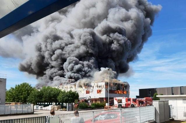 Scoppia vasto incendio nella ferramenta Goi a Fagagna, fiamme alte e fumo nero
