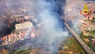Incendi in Sicilia, a Catania vasto rogo in periferia: fumo altissimo e traffico bloccato
