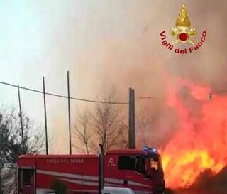 Incendi Sicilia, paura a Enna: centro abitato minacciato dalle fiamme, in tanti lasciano le case