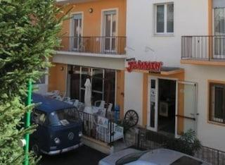 Notte di paura a Rimini, incendio al Jammin' Hostel: evacuate 30 persone, 4 in ospedale