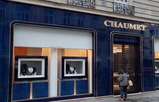 Parigi, rapina la gioielleria e scappa con il monopattino: colpo da tre milioni