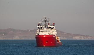 Migranti, la Ocean Viking soccorre un altro barchino alla deriva: ora ci sono 203 persone a bordo