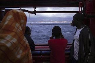 """Ocean Viking con 572 persone a bordo: """"Stiamo finendo scorte di cibo, serve un porto sicuro"""""""