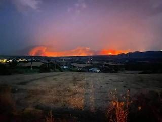 Incendio Sardegna, notte di fuoco a Oristano: circa 400 evacuati e strade chiuse, Canadair in azione
