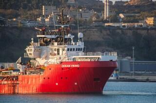 Ocean Viking ancora in mare, tensioni a bordo: un uomo si getta dalla nave