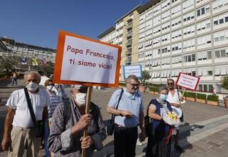 """Come sta papa Francesco, il bollettino: """"Esami del sangue soddisfacenti, lavora e passeggia"""""""