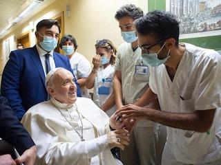 """Papa Francesco operato, come sta Bergoglio: """"Resterà ricoverato per ottimizzare terapia"""""""