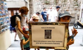 Controlli ma senza multe, così la Francia affronta l'avvio del green pass obbligatorio