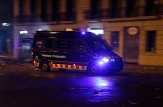 Bimba in auto accanto al cadavere del padre, la mamma carbonizzata poco distante: mistero in Spagna