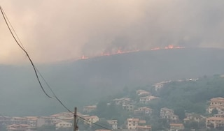 """Inferno di fuoco in Sardegna, fiamme sfiorano le case, evacuazioni e strade chiuse: """"È un disastro"""""""