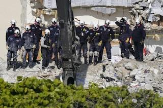 Palazzo crollato a Miami, morta a 7 anni la figlia di un pompiere: il pianto dei colleghi