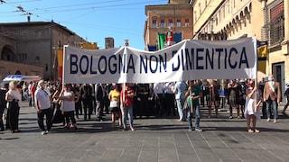 Bologna ricorda la strage alla stazione: sampietrini in memoria di ognuna delle 85 vittime