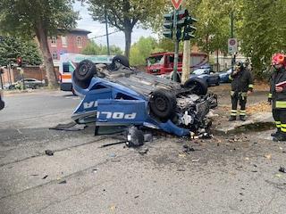 Torino, la volante della Polizia in servizio si scontra con un'altra vettura: distrutte le auto