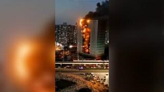 Cina, spaventoso incendio devasta un intero grattacielo: 100 pompieri impegnati a spegnerlo