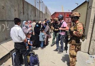 """Afghanistan, i talebani contro Biden: """"Se l'esercito resta per facilitare evacuazioni, reagiremo"""""""