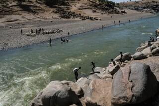Decine di cadaveri con le mani legate scoperti nel fiume tra Tigray e Sudan: fuggivano dalla guerra