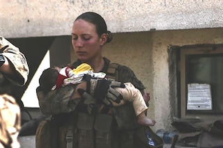 Tra le vittime di Kabul la 23enne Nicole Gee, la marine della foto simbolo col neonato in braccio