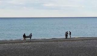 Bordighera, trovato un cadavere sulla spiaggia: è una donna di 75 anni, aveva il costume