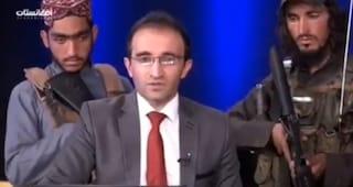 """""""Non abbiate paura"""", giornalista legge un messaggio dei Talebani in tv circondato da uomini armati"""