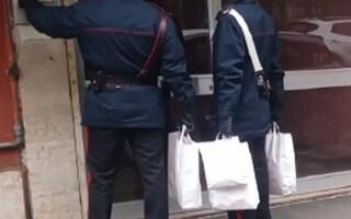 Contagiati covid e senza cibo, nemmeno il latte per la bimba: carabinieri comprano tutto a loro spese