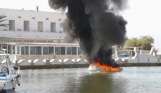 Lecce, gommone prende fuoco dopo un corto circuito: panico per i passeggeri a bordo
