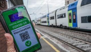 Green pass, governo prepara road map: quando potrebbe diventare obbligatorio per aerei e treni