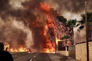 Grecia, gli incendi assediano Atene. Case senza elettricità nella peggiore ondata di caldo: oltre 40 gradi