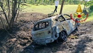 Il cadavere di una donna è stato ritrovato in un'auto divorata dalle fiamme nel Ternano