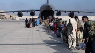 """Afghanistan, colpi di arma da fuoco su un aereo italiano. Intelligence smentisce: """"Nessuno sparo"""""""