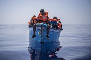 Migranti, decine di sbarchi in un giorno a Lampedusa: 500 persone arrivate in 24 ore