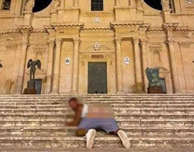 Mostra glutei davanti alla cattedrale di Noto e posta la foto sui social, 10mila euro di multa