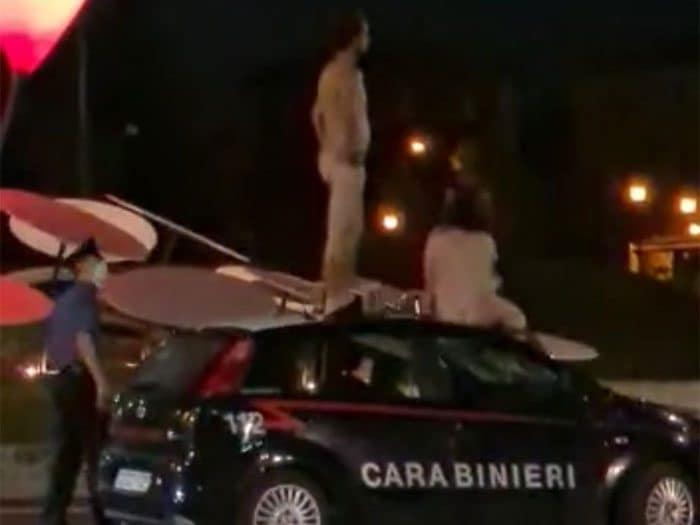 Modena, saltano nudi sull'auto dei carabinieri: due turisti fermati con lo spray al peperoncino