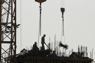 """In Qatar migliaia di lavoratori migranti sarebbero morti per """"cause naturali"""""""