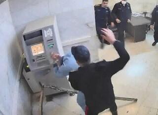 Calci, pugni e detenuti trascinati con la forza: in un video le violenze nel carcere di Evin in Iran