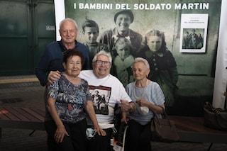 L'abbraccio dopo 77 anni tra il veterano Usa e i 3 bimbi italiani che ha quasi ucciso durante la guerra
