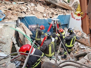 Torino, crolla palazzina di due piani: quattro persone estratte vive, trovato morto bimbo di 4 anni