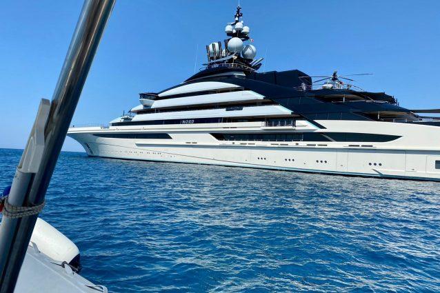 """Di fronte all'Argentario spunta """"Nord"""", yacht con 20 appartamenti vista mare e sommergibile a bordo"""