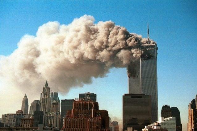 Le Torri Gemelle stanno cadendo ancora, vent'anni dopo l'11 settembre