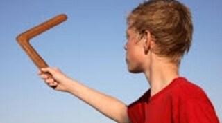Terni, boomerang finisce nel passeggino di un bimbo: rissa tra mamme e nonne in piazza, sei denunce