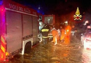 Maltempo in Sardegna, bomba d'acqua a Cagliari. Allagato hub a Sassari: niente vaccini