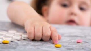 Bimba di 8 anni ingerisce cocaina: il padre è ai domiciliari, la madre assume stupefacenti