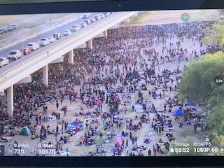 Da Haiti agli Stati Uniti, 10mila migranti ammassati sotto un ponte attendono di varcare il confine