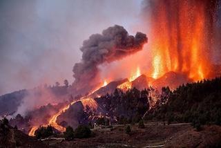Continua l'eruzione del vulcano alle Canarie, la lava divora decine di case: cittadini isolati