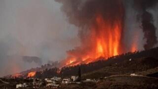 Canarie, erutta il vulcano Cumbre Vieja: case inghiottite dalla lava e danni per 400 milioni di euro