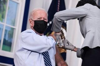 """Joe Biden riceve la terza dose di vaccino Covid: """"È sicura ed efficace, così salviamo vite"""""""