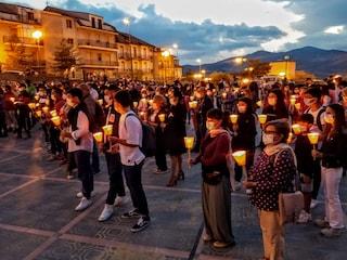 """Folla alla fiaccolata per Ada Rotini: """"L'avevamo vista il giorno prima che lui la uccidesse"""""""