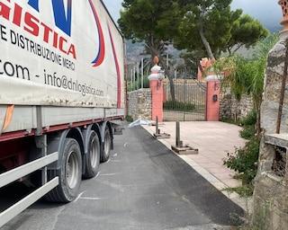 Palermo, autotrasportatore di 52 anni muore schiacciato dal suo camion
